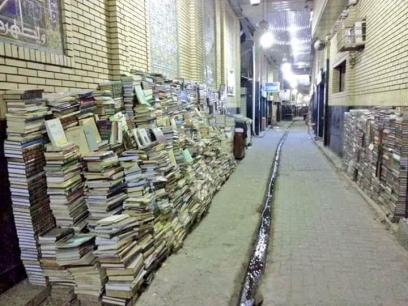 În Irak, la piața cu cărți, cărțile sunt lăsate pe stradă în timpul nopții, deoarece..